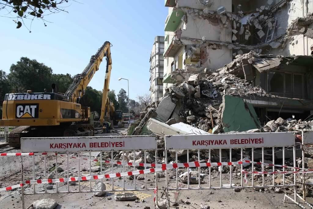 Yan yatan binalarda yıkım işleri